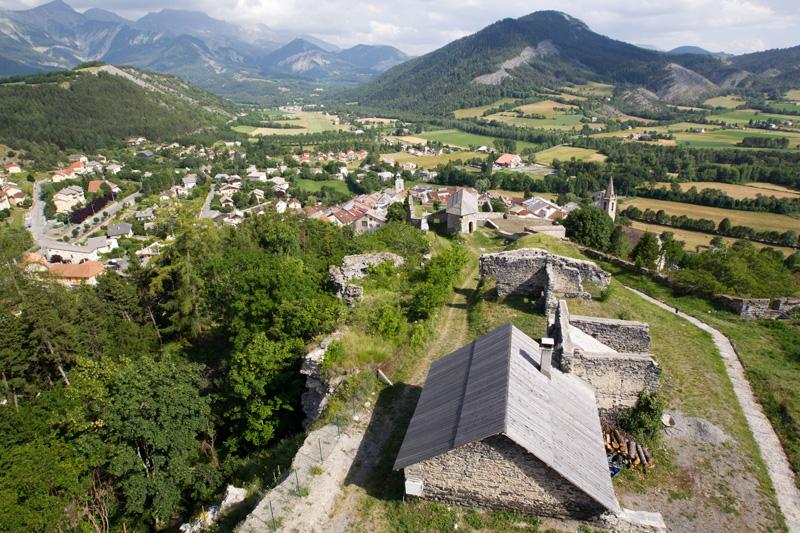 Seyne-les-Alpes, dans la Blanche Serre-Ponçon, lieu de naissance de Jean Proal ©Mir Photo