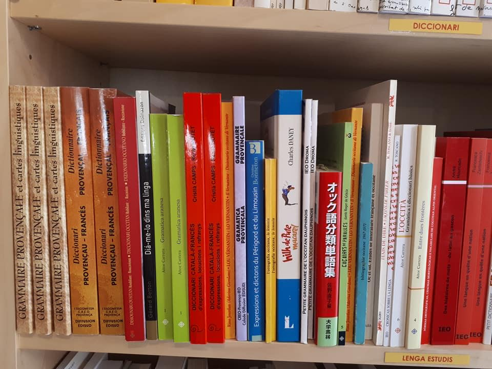 Un des rayons livres de la Librairie Espaci Occitan dels Aups