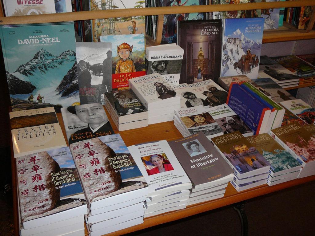 Livres autour d'Alexandra David-Neel lors de la dédicace d' Eric Faye à la librairie La Ruelle à Digne-les-Bains le 19 mai 2018