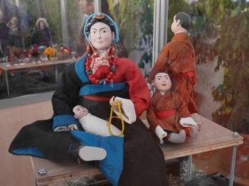 stand Alexandra David-Neel figurines